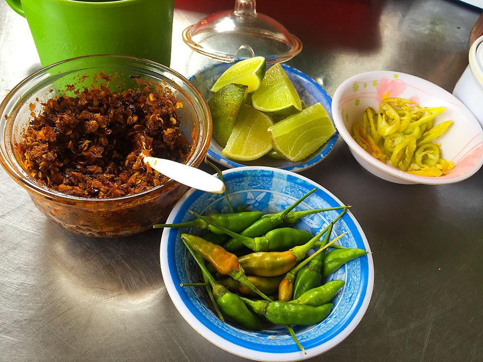 Các gia vị kèm theo khi ăn đặc biệt là ớt bột và chanh vị chua và cay đặc trưng