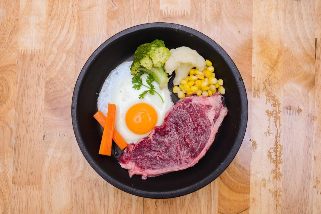 Món bò bít tết trứng