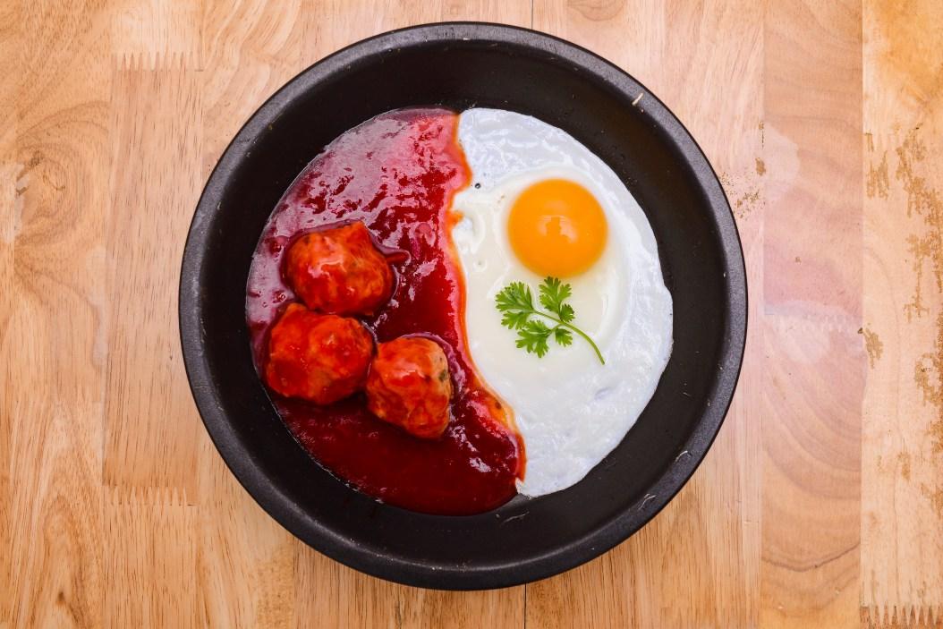 Món ăn ngon đầy tương ớt và trứng chiên