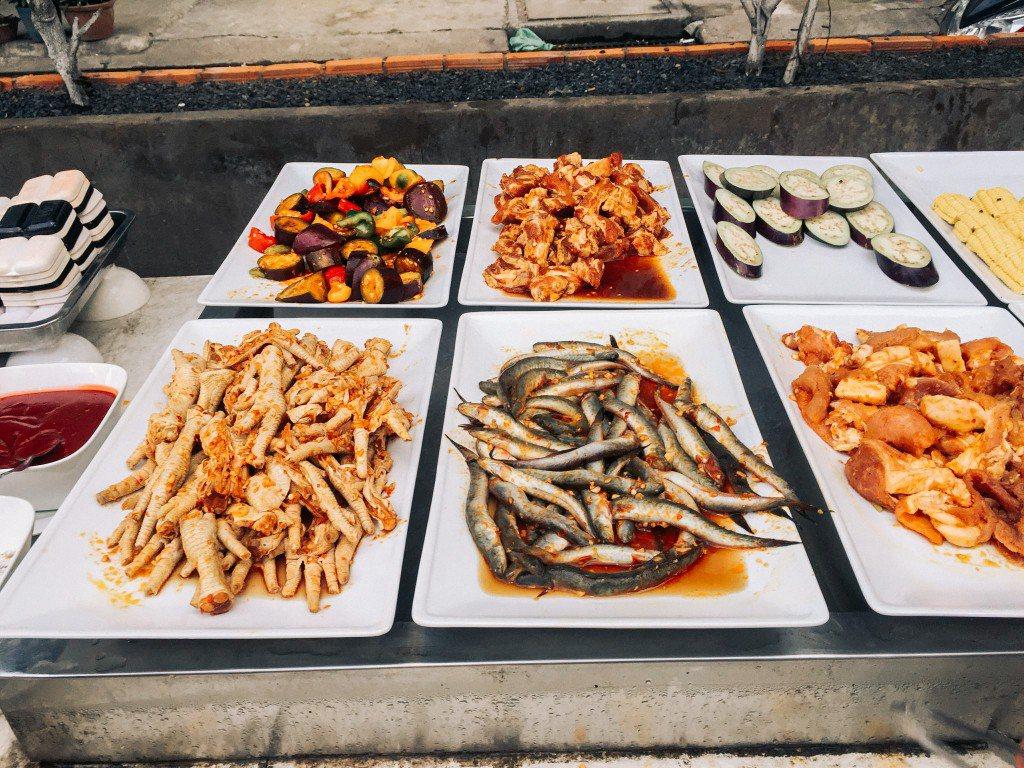 Các thức ăn được ướp gồm nhiều loại khác nhau