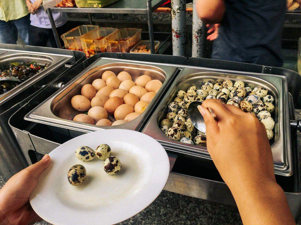 Các món trứng bao gồm trứng gà nướng và hột vịt lộn