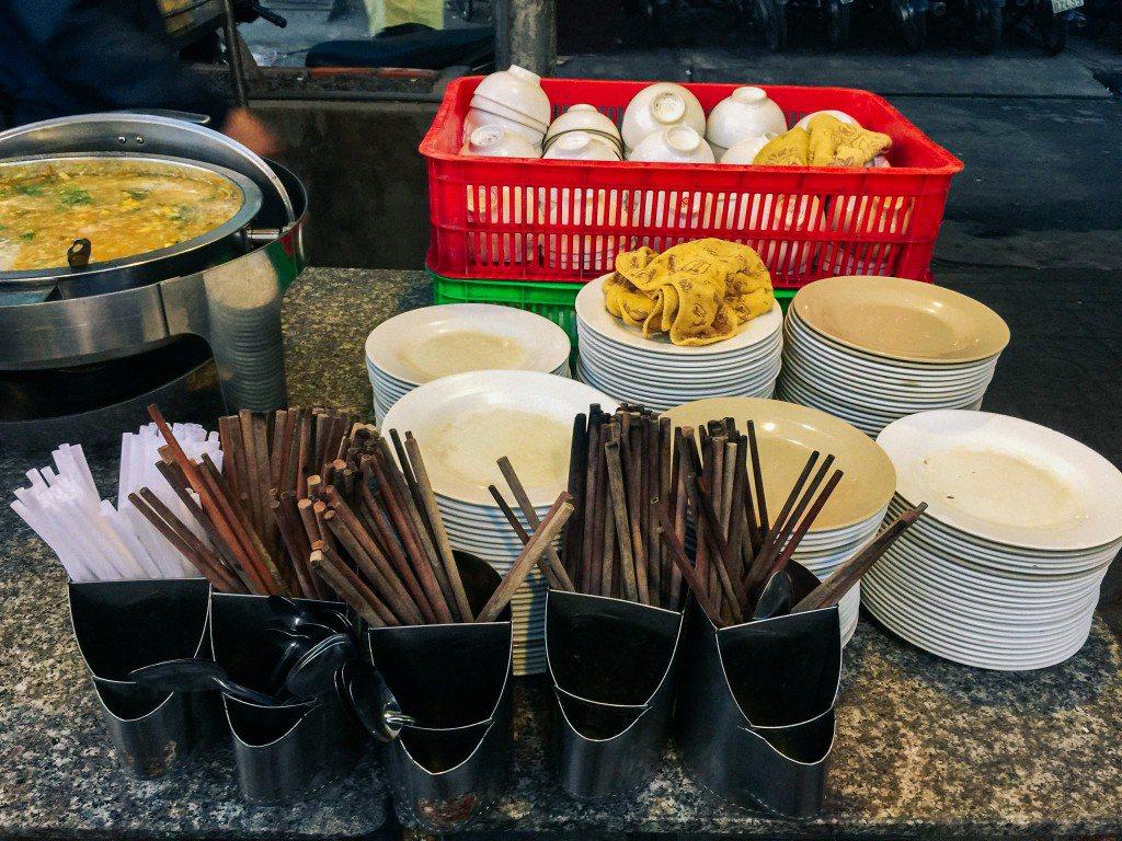 Chén đĩa và đũa thìa được bỏ sẵn cho khách chọn
