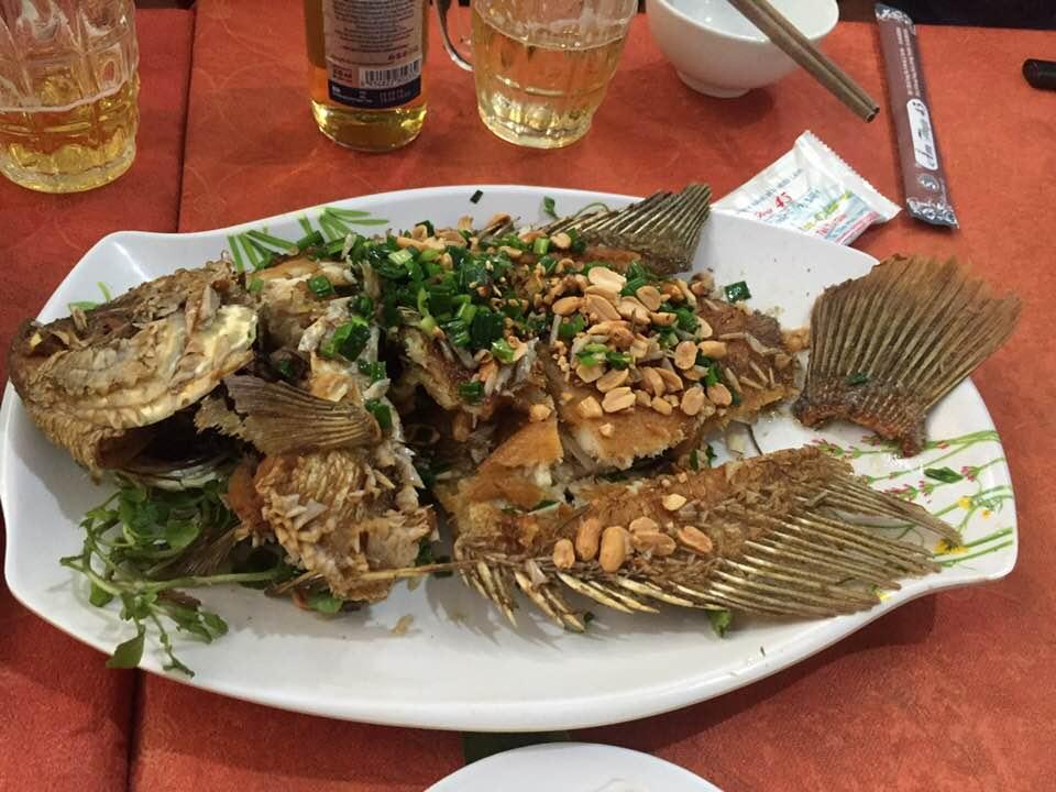 Cá tẩm bột chiên xù ngon ăn với rau ống và bánh tráng