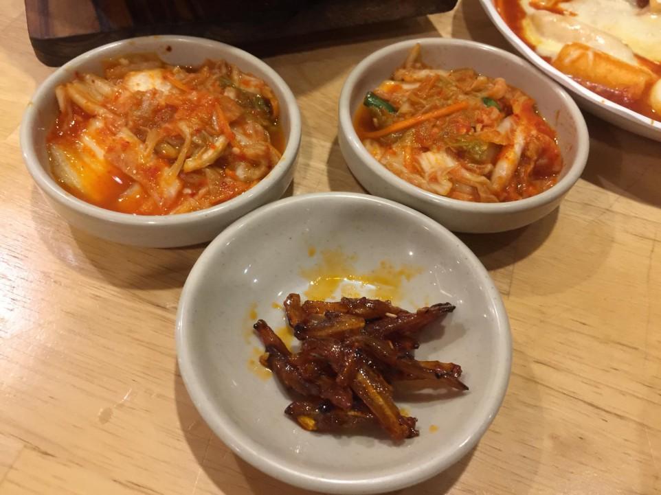 Món kim chi và cá khô kho chua cay ngon