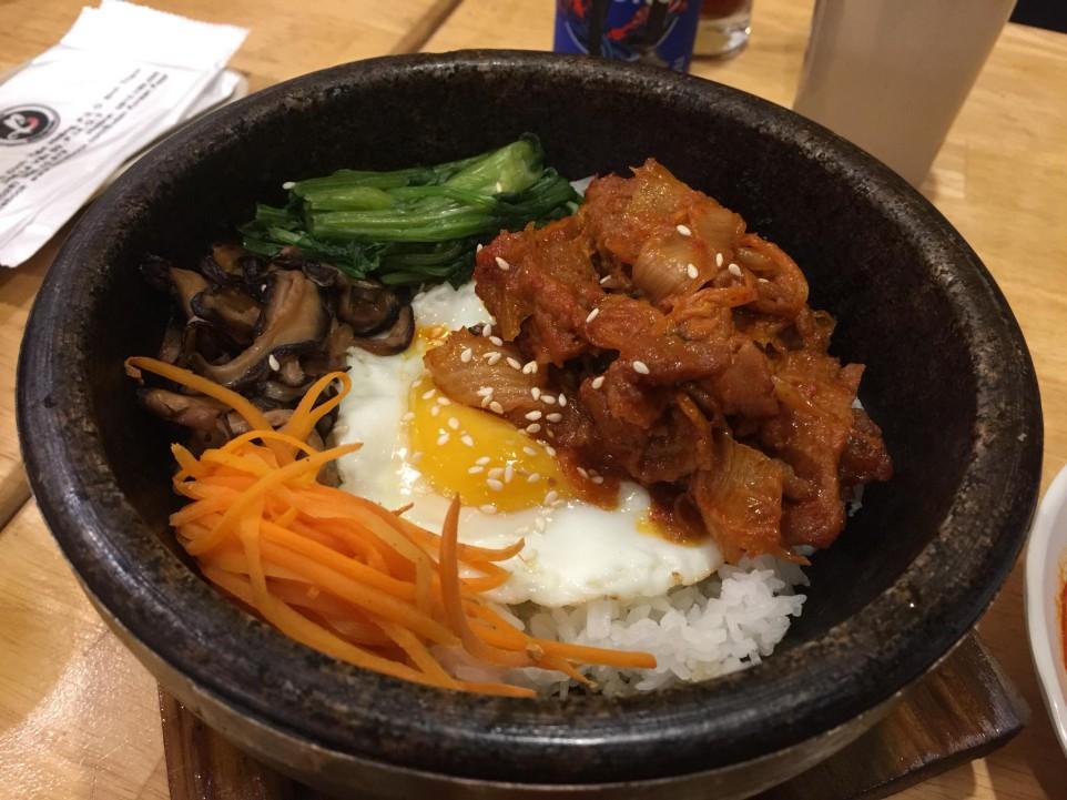 Món cơm trộn kim chi ngon với trứng chiên và cà rốt