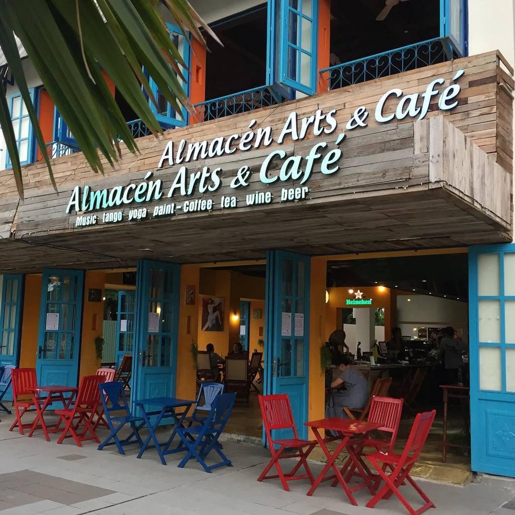Almacen café nhìn từ ngoài đã rất cổ điển rồi