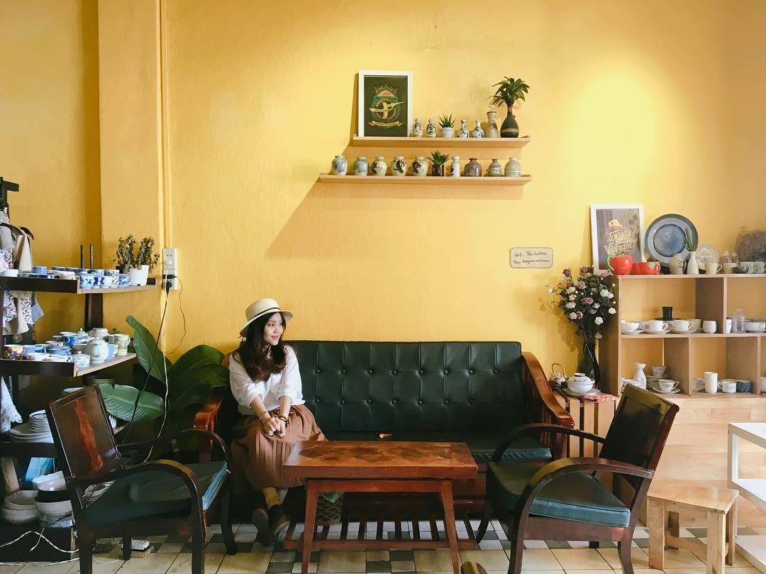 Nắng chiếu vàng ươm rực rỡ một phần Almacen Café.