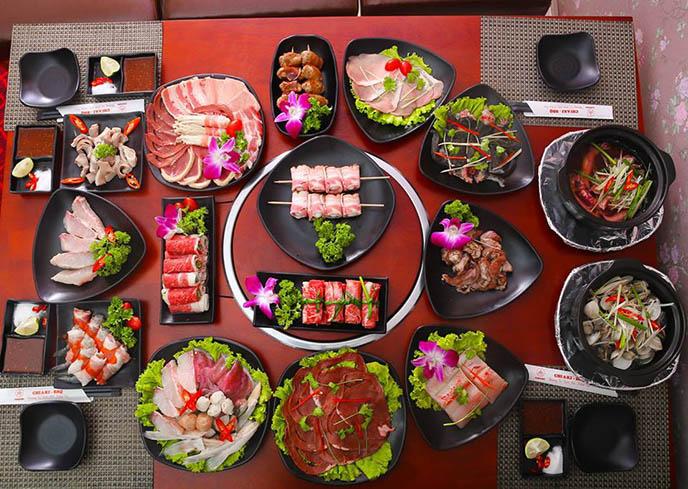 Bàn ăn thịnh soạn với rất nhiều các món ăn Nhật Bản, thu hút thực khách